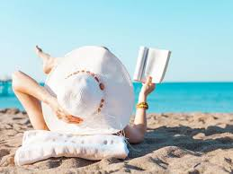 Mujer leyendo en la playa | Mujerhoy.com